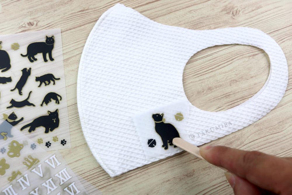 猫デザインの布用転写シールをマスクに貼り付けるイメージ by irodo(イロド)