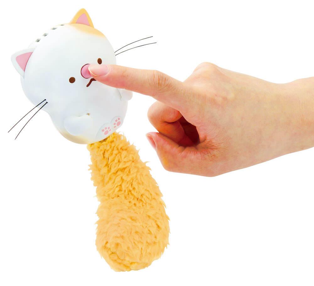 玩具「うたって♪にゃっこアイランド」 の鼻を押すとスイッチがONに