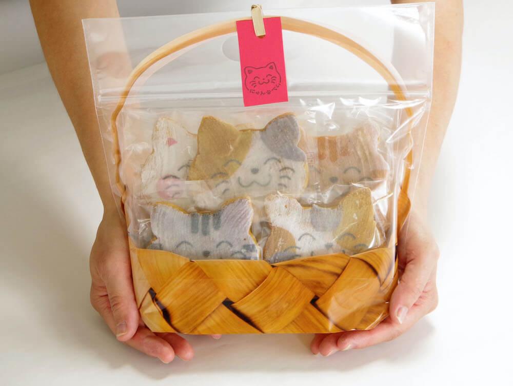 ギフトにぴったりな福々ねこ煎餅「にゃんべい」のかご袋入りバージョン