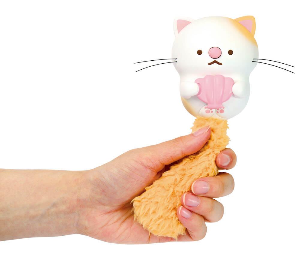 玩具「うたって♪にゃっこアイランド」 のしっぽを握って演奏するイメージ