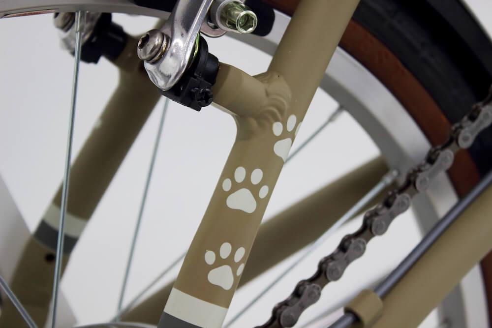 後輪のパイプに肉球がデザインされた折り畳み自転車「kocka (コチカ)」
