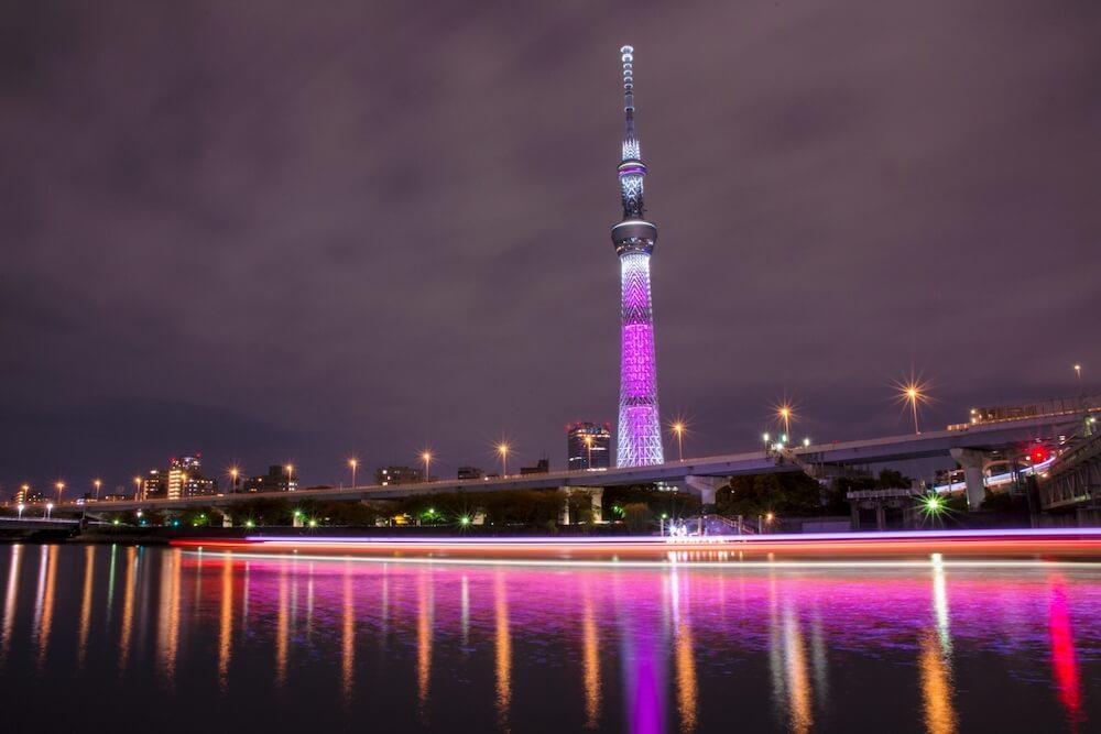 乳がん啓発のピンクリボン月間でピンク色に点灯する東京スカイツリー