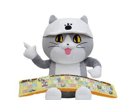 貴方のデスクは安全ですかニャ?仕事猫が「ヨシ!」と指差し確認してくれるPCクッションが登場