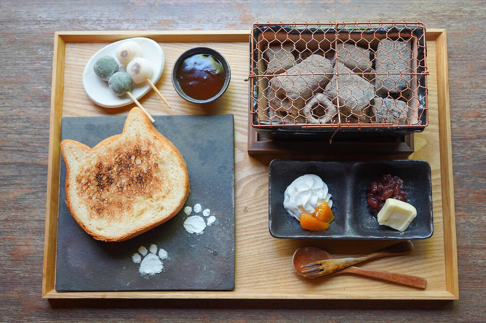 ねこ型食パンとお団子を七輪で焼いて食べられる朝食「イクスカフェの朝ごはん」のメニュー内容