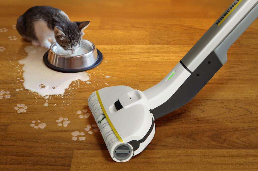 ペットがこぼした液体を水拭きするのに便利なケルヒャーのフロアクリーナー FC 3d