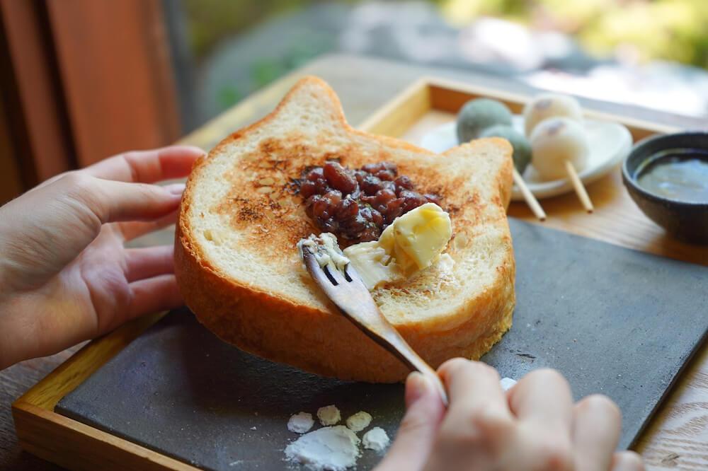 七輪で焼いたねこ型食パンにあんこ&バターを乗せて食べるイメージ「イクスカフェの朝ごはん」