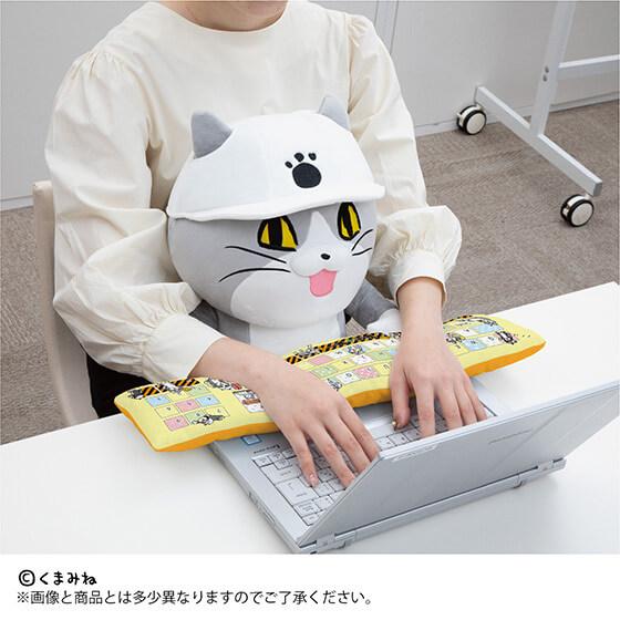 パソコンを操作しながら仕事猫のPCクッションを抱きかかえる&アームレストを使用するイメージ