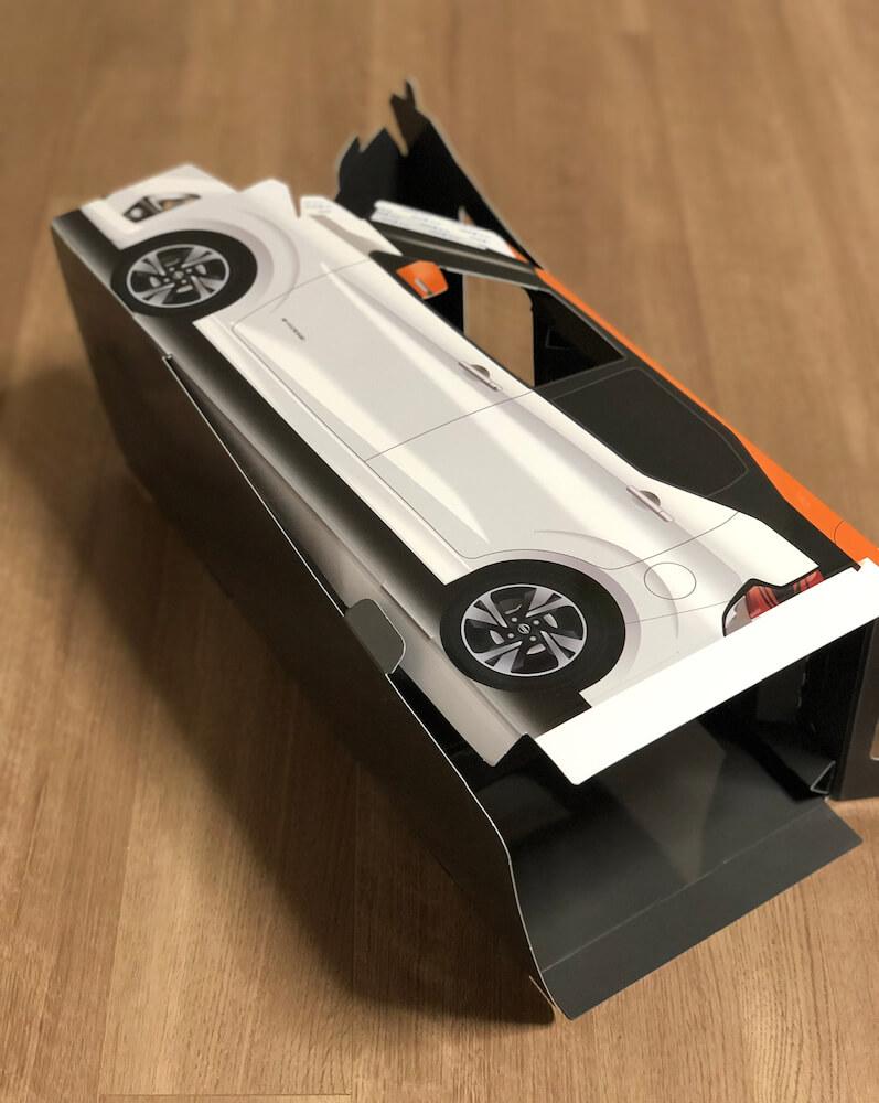 ねこ用軽自動車「おうち用にゃっさんデイズ」の組み立てシーン(立体化)
