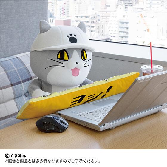 パソコンの前に座る仕事猫のPCクッション