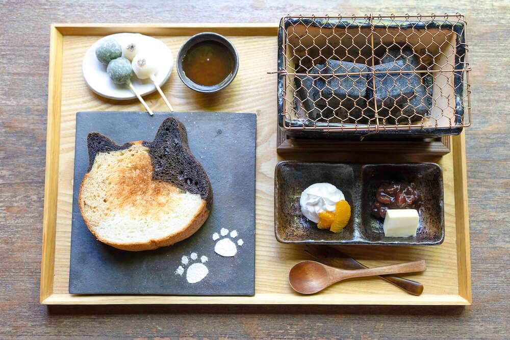 三毛猫食パンとお団子を七輪で焼いて食べられる朝食「イクスカフェの朝ごはん(祇園店)」