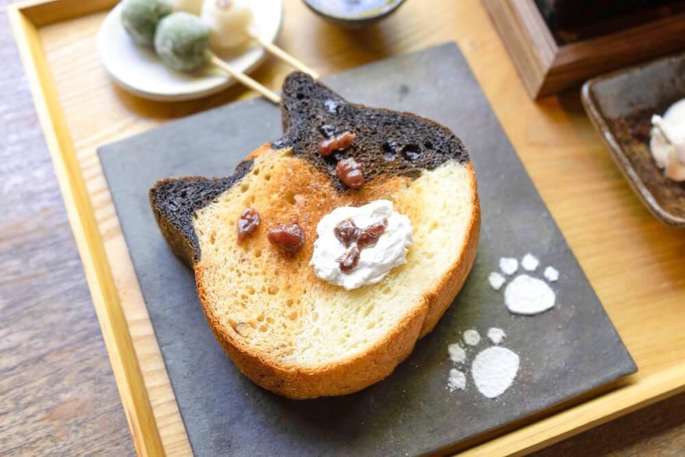 七輪で焼いた三毛猫食パンをあんこで猫の顔にデコレーション