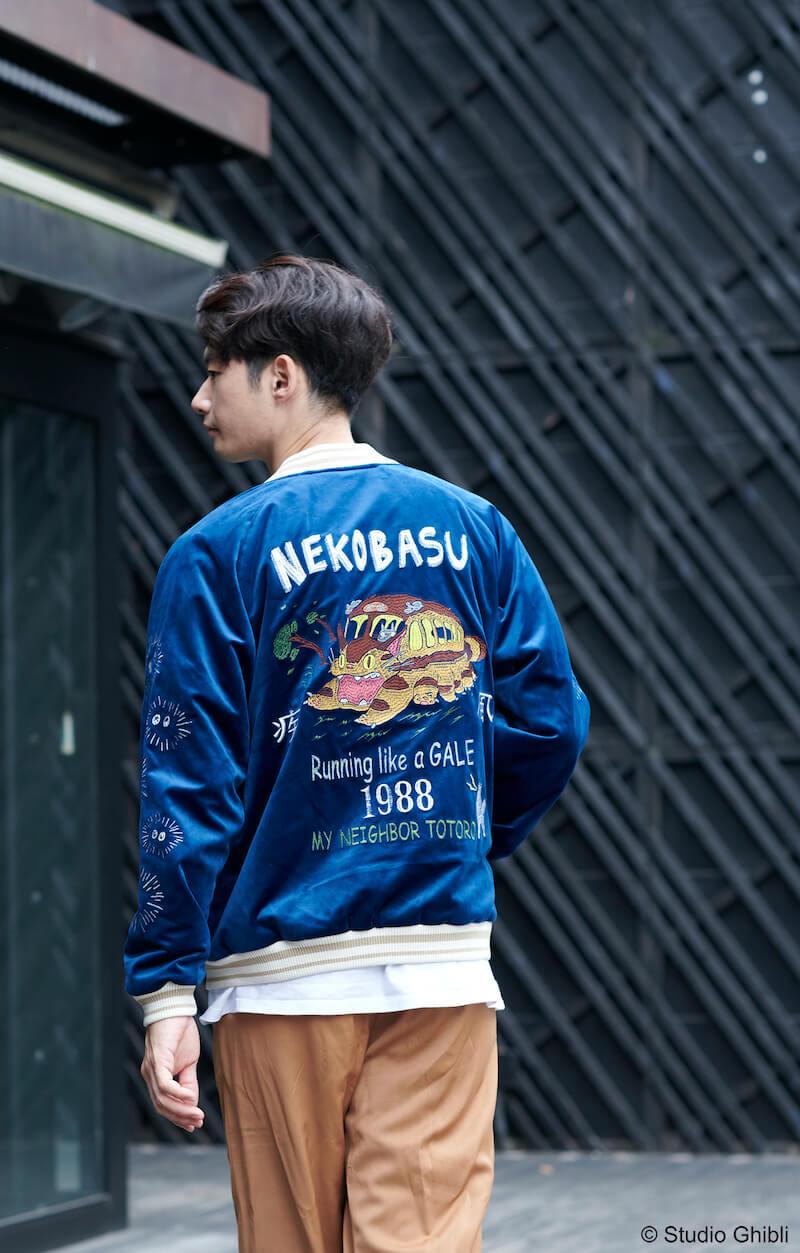 男性モデルによる「となりのトトロ 別珍スカジャン 疾風ネコバス 渋谷ver.」の着こなしイメージ