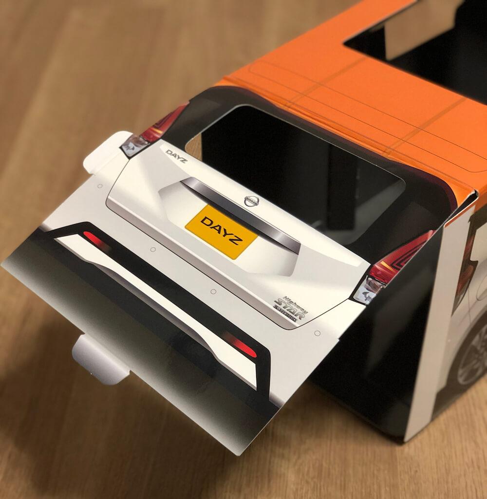 ねこ用軽自動車「おうち用にゃっさんデイズ」の組み立てシーン(リア部分)