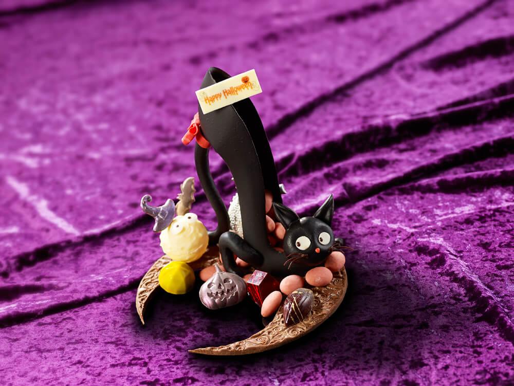 魔女の魔法によってハイヒールに変身させられた黒猫をイメージしたチョコレート細工「High-heel Cat」