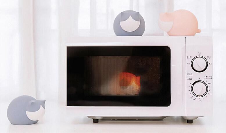 猫型の湯たんぽ「キャットウォーマー」を電子レンジで加熱するイメージ