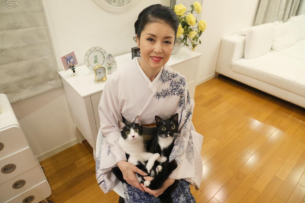 演歌歌手の藤あや子と、愛猫のマルオレ(マルくん&オレオちゃん)