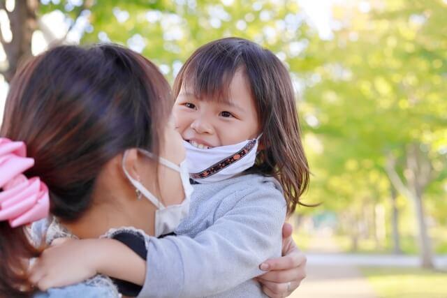 マスクを付ける親子のイメージ写真