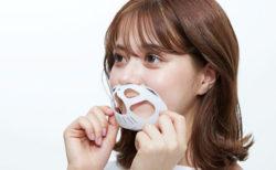 マスクの中に入れると…空間ができる!息苦しさやムレを解消するネコ型のマスクフレーム