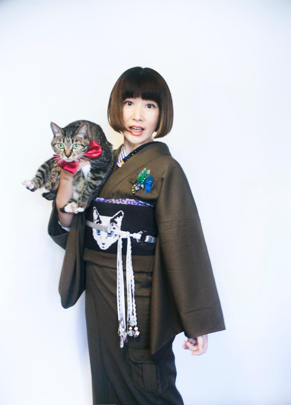 着物を着て愛猫を抱っこするデザイナーのハイカロリイオトメさん