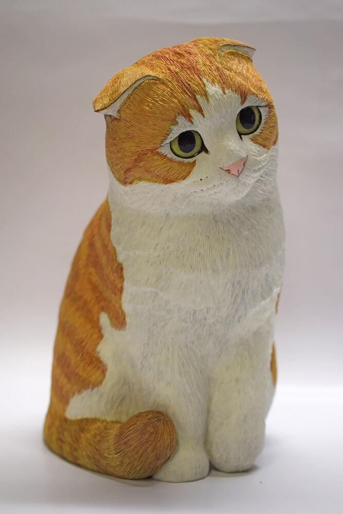 西誠人 作 /猫の木彫り作品「さて・ニャ?」