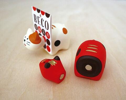 「赤べこ」と「猫べこ」のカード立て「カード立てべこ」で実際にカードを立てているイメージ