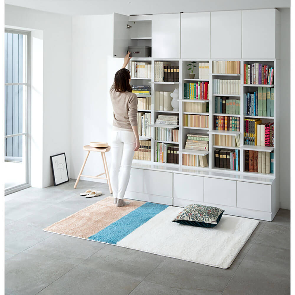 猫と人間が共同で使えるディノスの家具「登って遊べるネコ用ステップ付き たっぷり収納本棚」ホワイトカラー