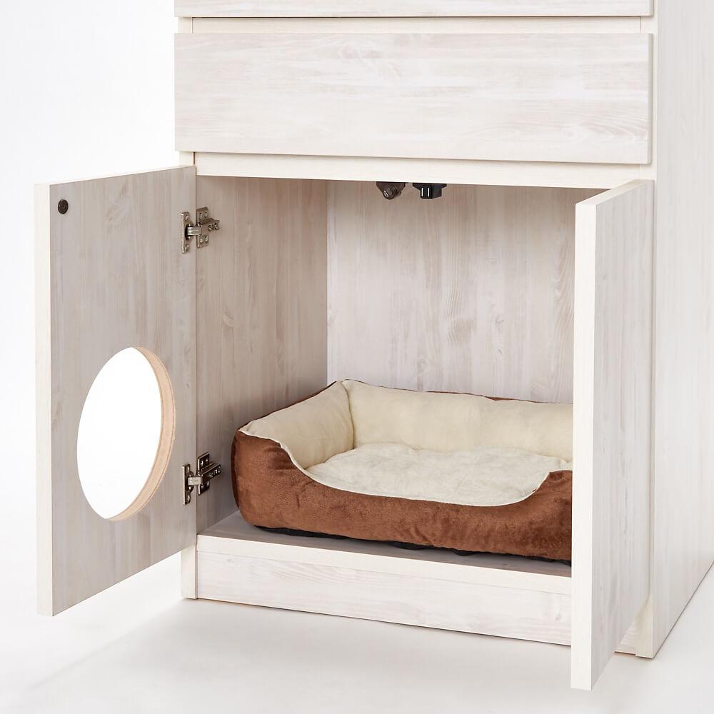 「登って遊べるネコ用ステップ付き たっぷり収納本棚」に猫トイレを収納するイメージ by ディノス