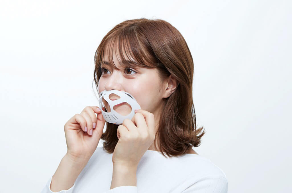 ネコ型のマスクフレーム「にゃんと快適!マスクフレーム」を組み立てて装着するイメージ