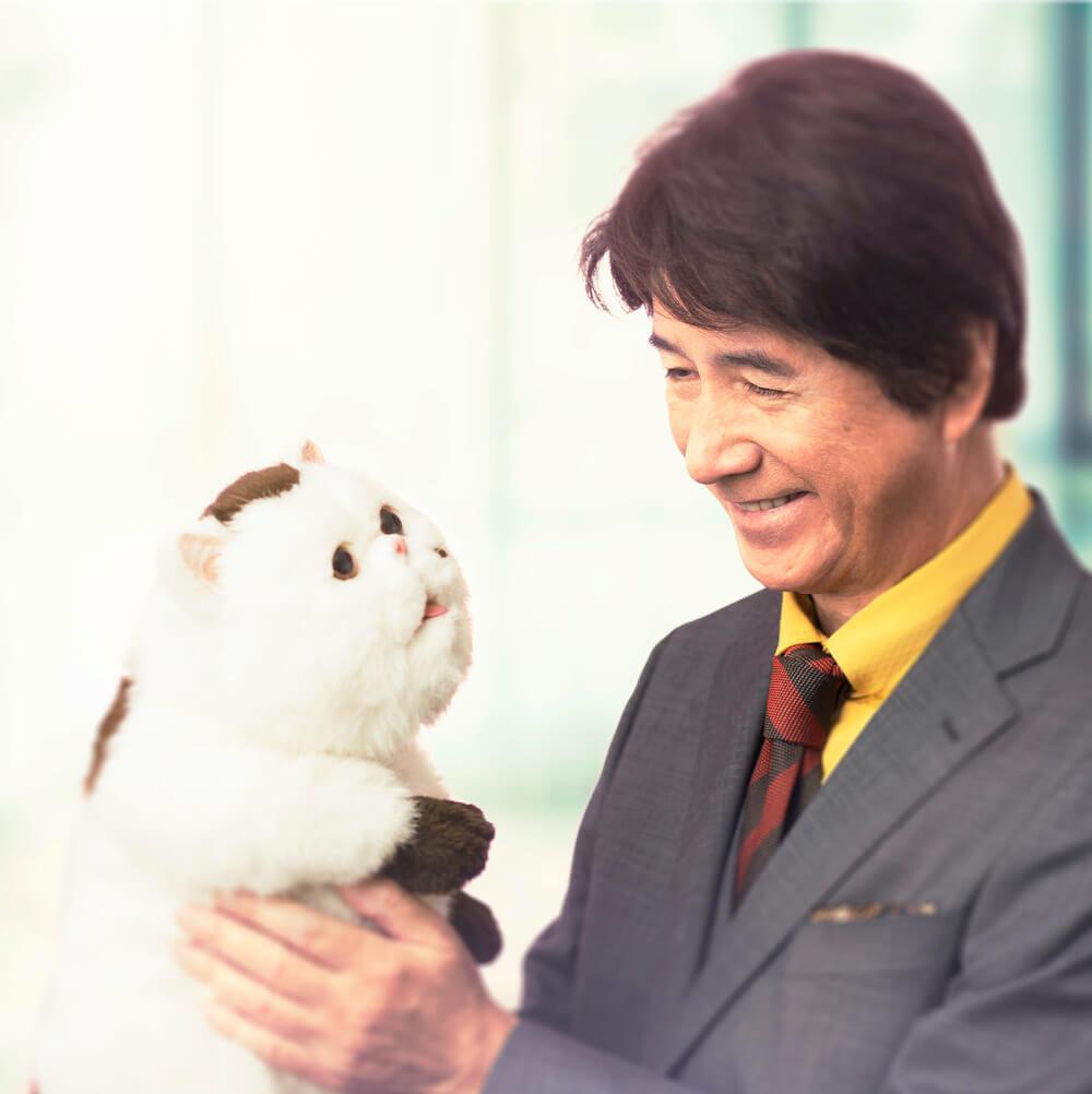 連続テレビドラマ「おじさまと猫」猫のふくまるを抱っこして見つめる主演の草刈正雄