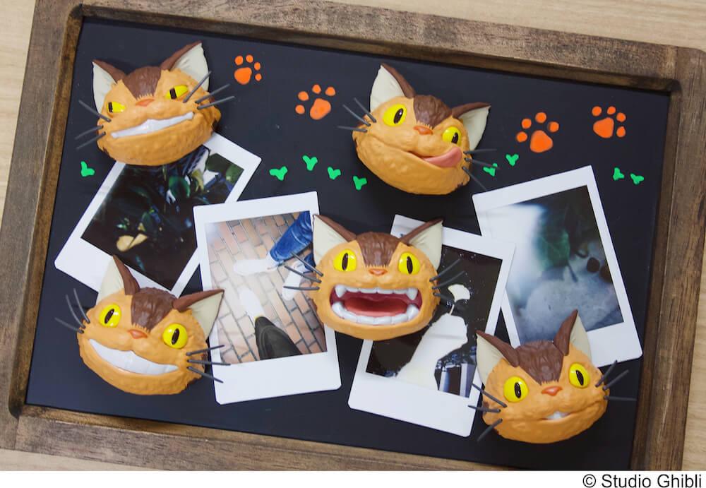 「ネコバスのフェイスマグネット」5種類を黒板にくっつけた使用イメージ
