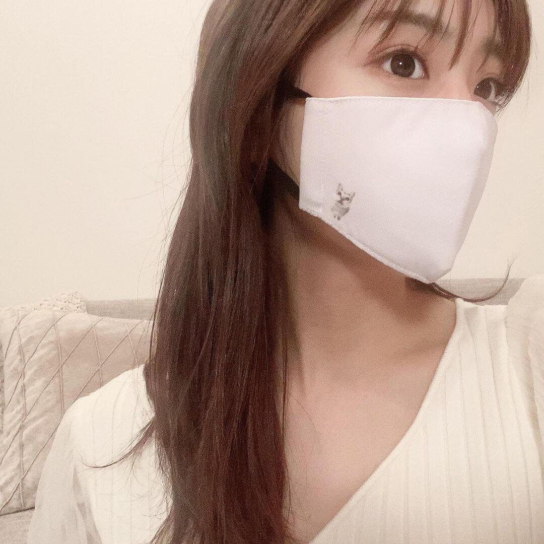愛猫のシンガプーラがデザインされたマスクを着用する貴島明日香