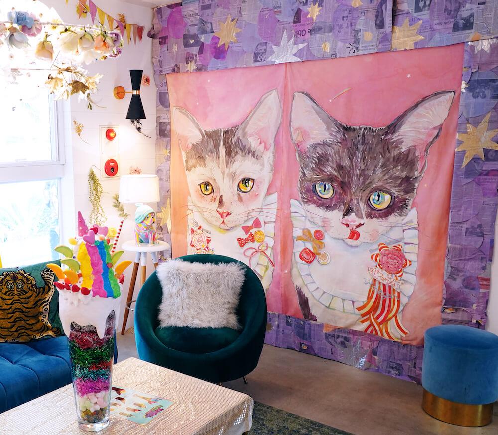 ドラマ『極主夫道』のスイーツカフェ店『ちぇりーぱふぇぱふぇ』に飾られている猫の絵 by YUMIMPO*(ゆみんぽ)