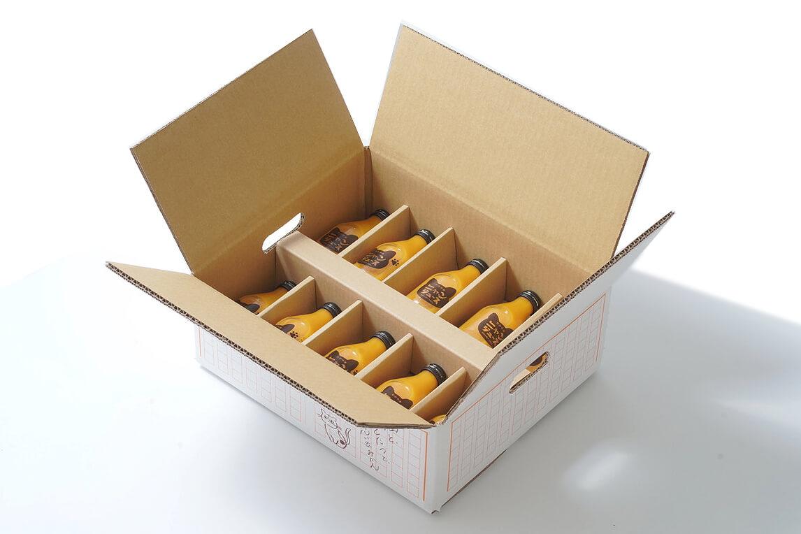 猫用こたつが付いてくる和歌山みかんジュース「ニャンジュース」の箱を開封したイメージ