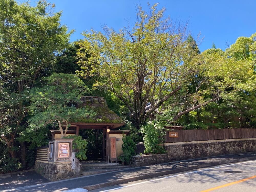 茅葺き屋根の門を構えるギャラリー・カフェ、自家焙煎珈琲&ギャラリー 森の響(もりのおと)外観イメージ