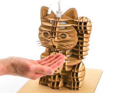 店頭の消毒スプレーって見た目が地味じゃない?を解決してくれる招き猫型のホルダーが登場