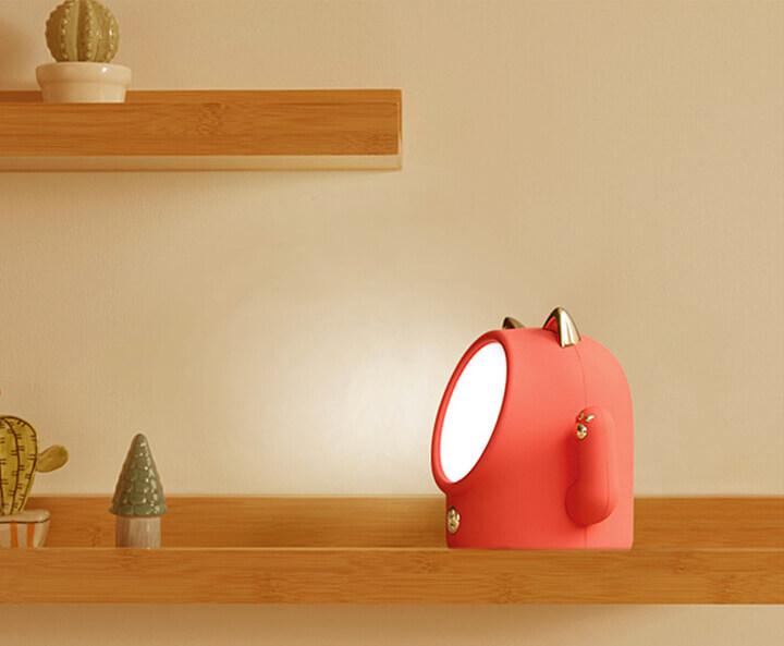 小型で狭いスペースでも設置できる招き猫型のライト
