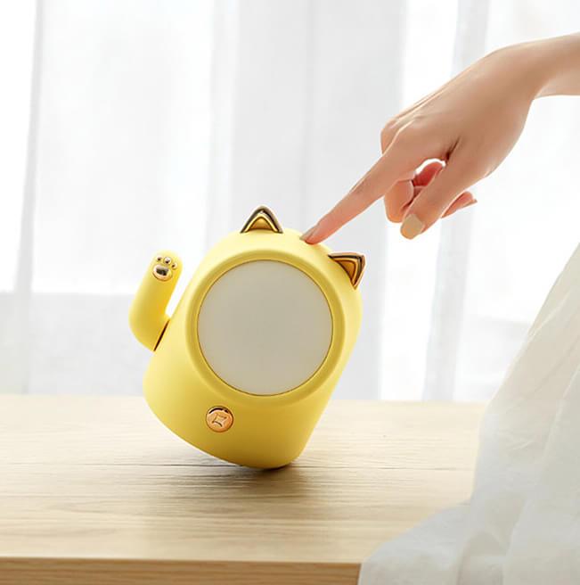 インテリアに溶け込みやすいシンプルなデザインの招き猫型ライト