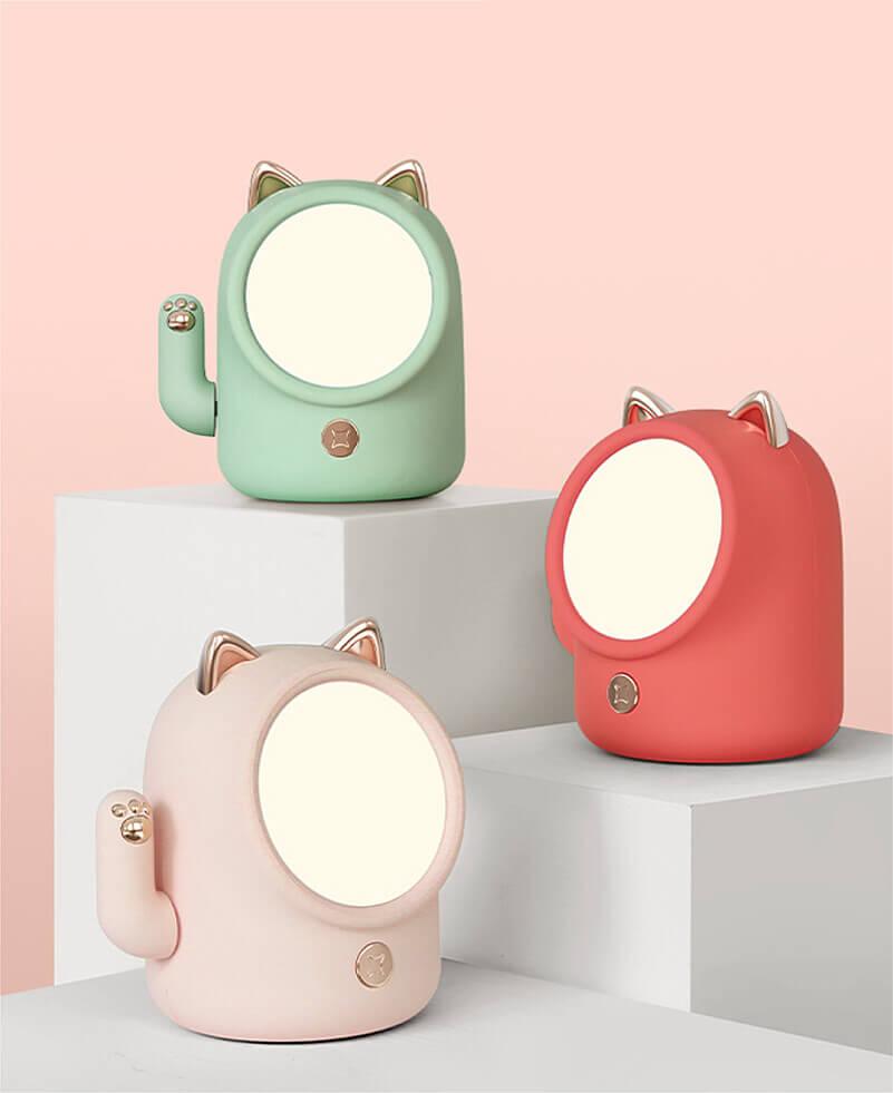 手が動く招き猫型ライトの製品イメージ(ライトグリーン、ピンク、レッド)