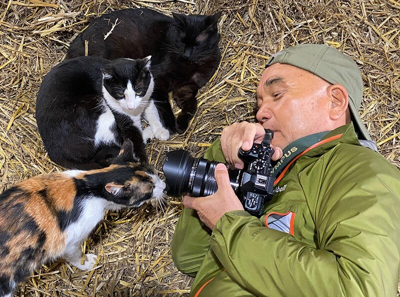 至近距離で猫を撮影する岩合光昭さん