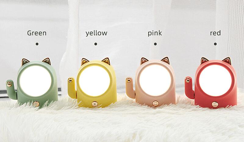 手が動く招き猫型ライトのカラーバリエーション(グリーン、イエロー、ピンク、レッド)
