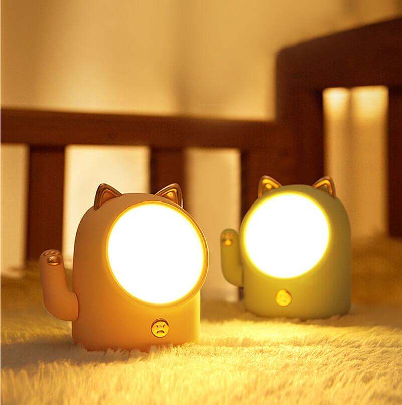 招き猫型のライト2台を暗闇で点灯したイメージ