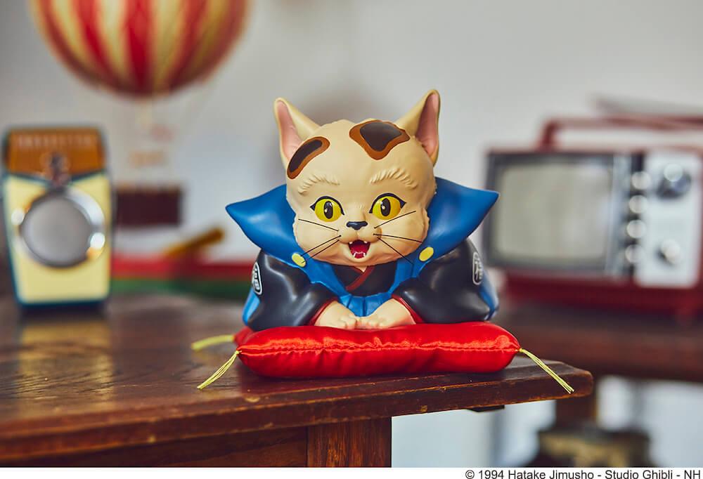 ジブリ映画・平成狸合戦ぽんぽこのキャラクター「猫福助」をモチーフにした貯金箱の展示イメージ