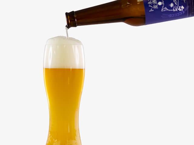 トノネコビールをグラスに注ぐイメージ