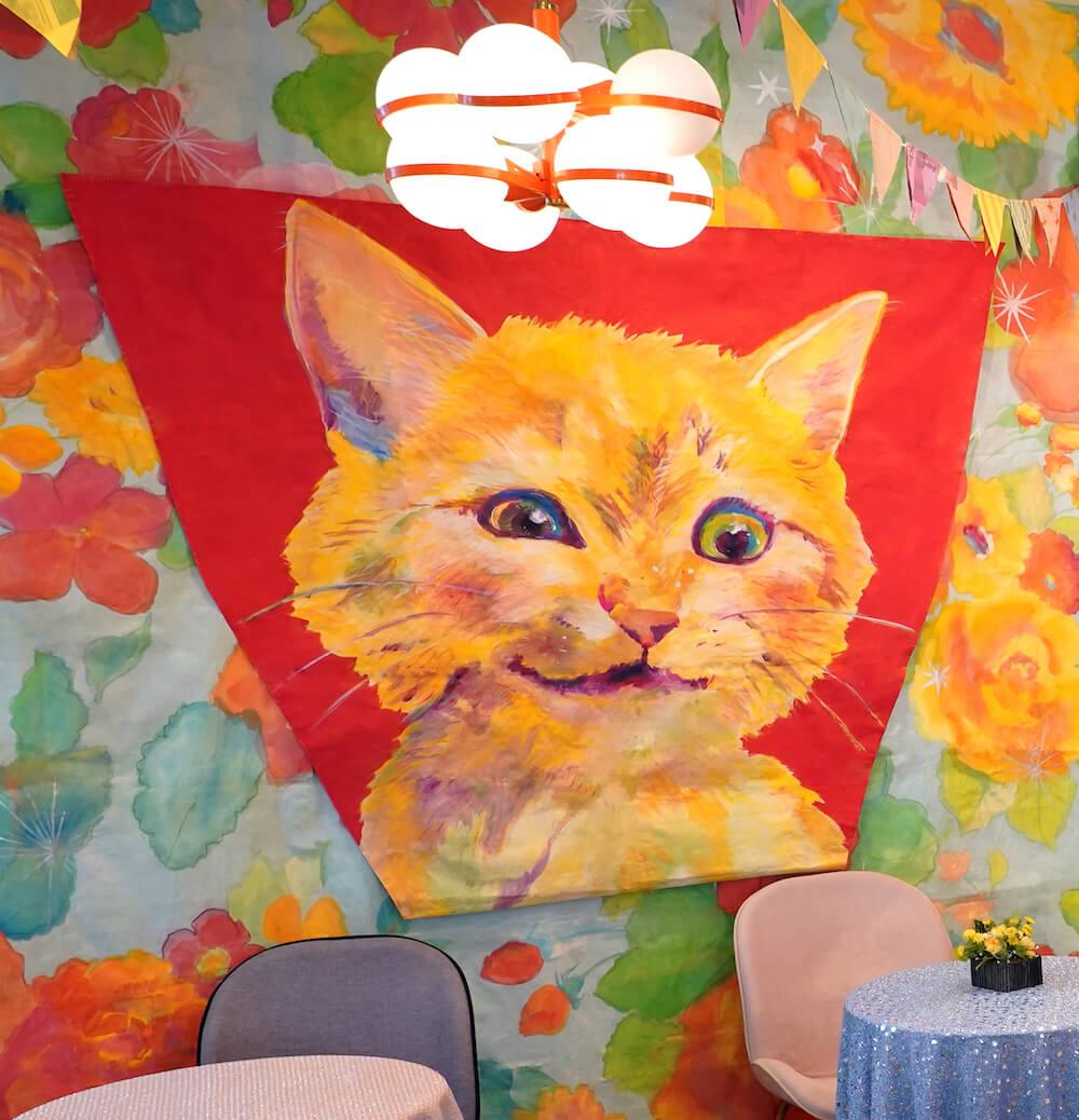 ドラマ『極主夫道』のスイーツカフェ店『ちぇりーぱふぇぱふぇ』に飾られているパフェを狙う猫の絵 by YUMIMPO*(ゆみんぽ)