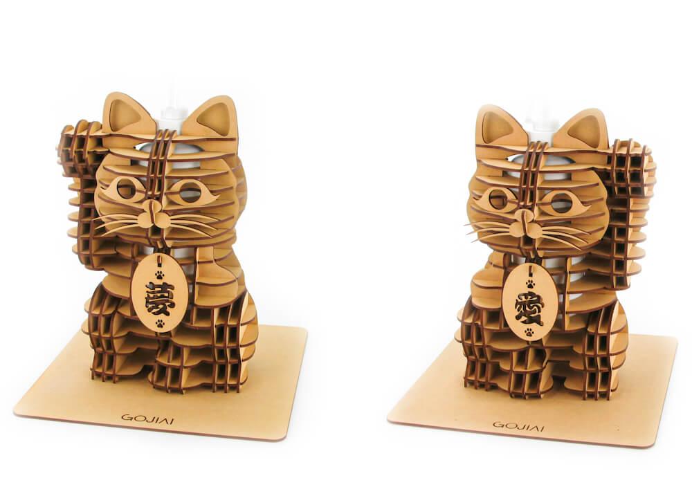 招き猫型の消毒スプレーボトルホルダーのデザイン2種類、右手上げ(金運)/左手上げ(人脈)