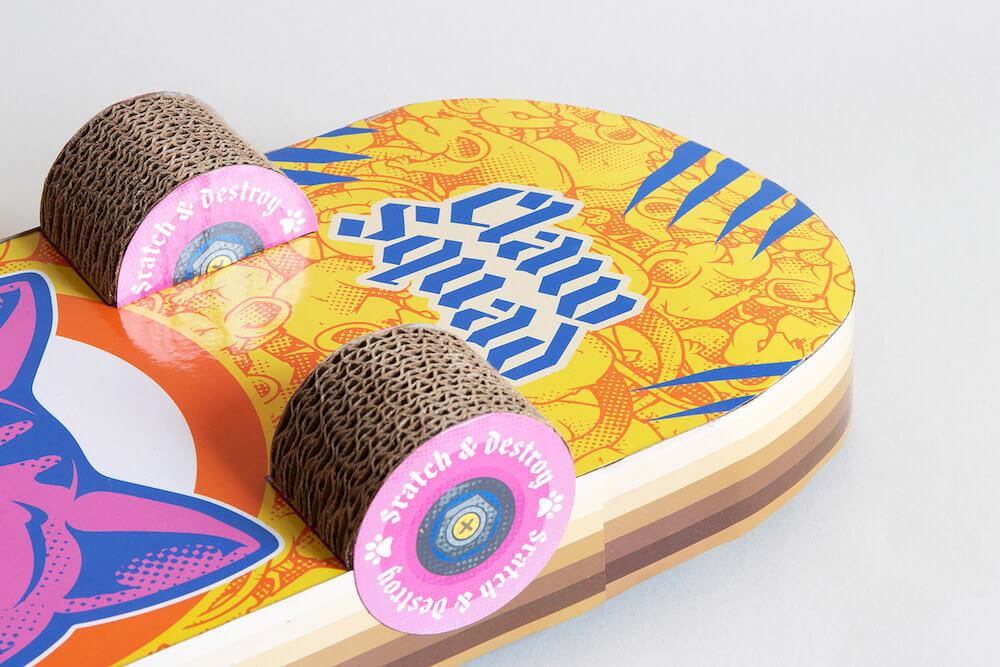 タイヤ部分も爪とぎになっているスケボー型の爪とぎ「Cat Scratch Skateboard」