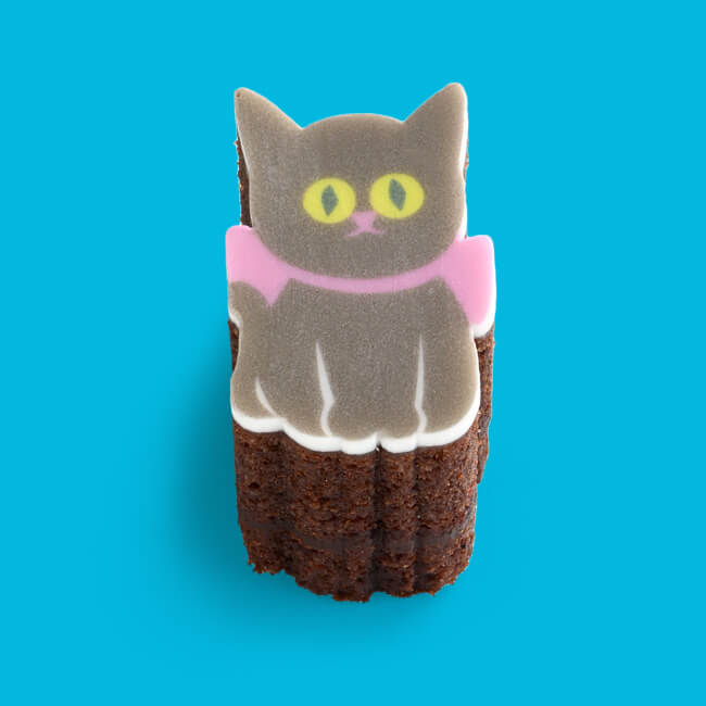 猫をモチーフにした型抜きバウムクーヘン「ショコラねこ(ガトーショコラ)」型抜き後に取り出したイメージ