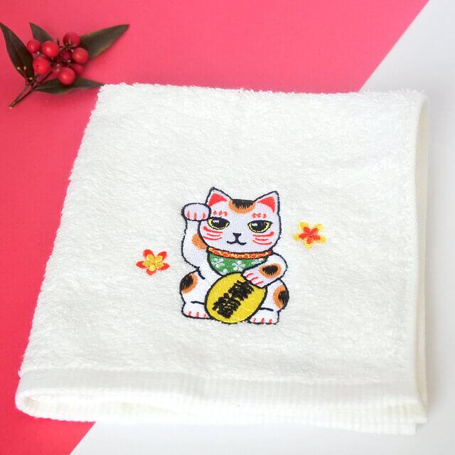 「抗菌・招き猫ハンドタオル 白」製品イメージ by コイトネコ