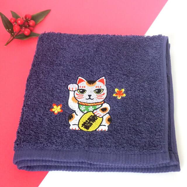 「抗菌・招き猫ハンドタオル 紺」製品イメージ by コイトネコ