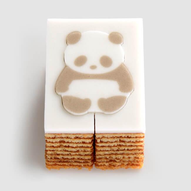 パンダをモチーフにしたバウムクーヘン「パンダバウム」を型抜きする前